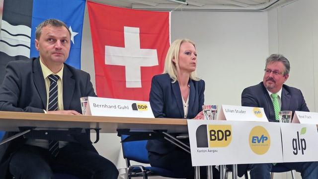 Die Parteienvertreter an einem Tisch