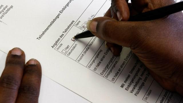 Afrikanerin füllt einen Einbürgerungstest aus.