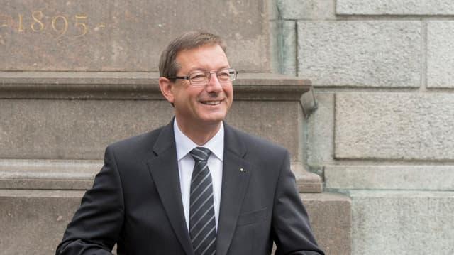 Josef Dittli posiert vor dem Urner Regierungsgebäude in Altdorf nach der Wahl in den Ständerat.