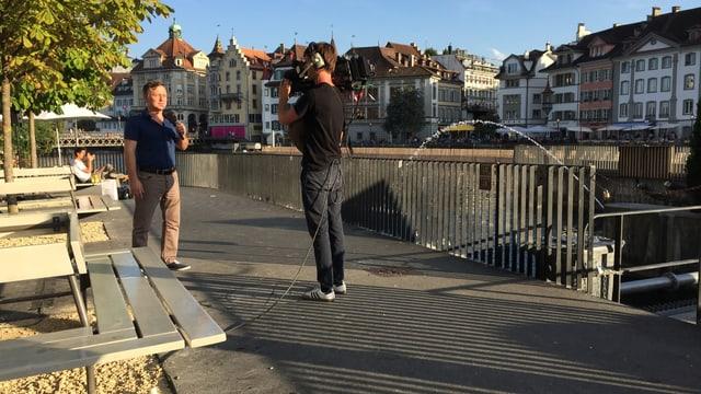 Moderator Oliver Bono probt vor der Sendung die Live-Schaltung nach Luzern. (srf)