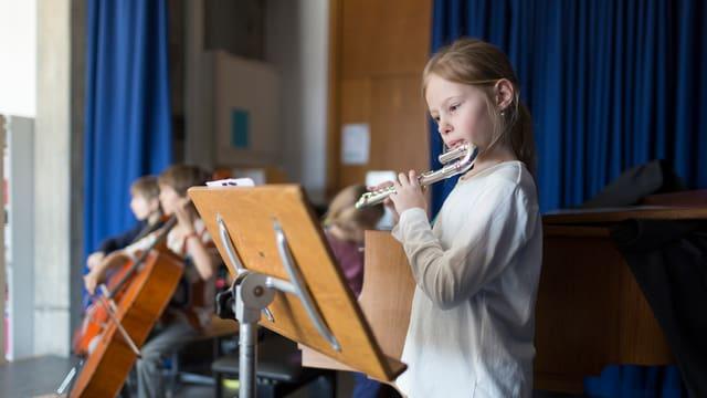 Kinder beim Spielen eines Instruments.