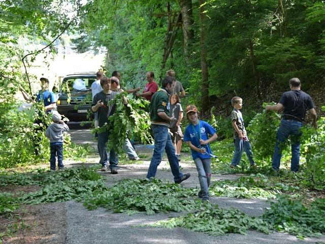 Kinder sammeln Laub