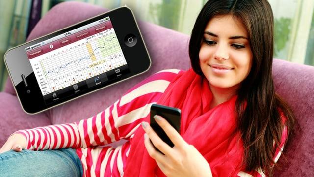 Eine Frau sitzt auf dem Sofa und schaut auf ihr Smartphone.