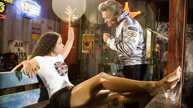 Abernathy Ross (Rosario Dawson) bietet Stuntman Mike McKay (Kurt Russell) mit ihrer Frauen-Gang die Stirn.