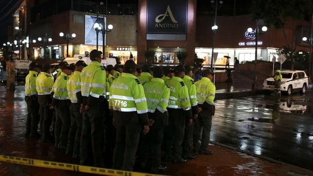 Polizeibeamte versammeln sich vor dem betroffenen Einkaufszentrum