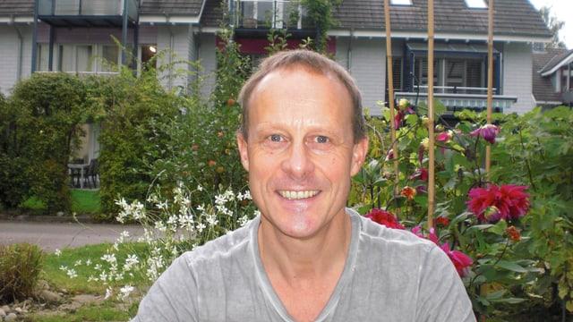 Porträt Beat Wicki im Garten.