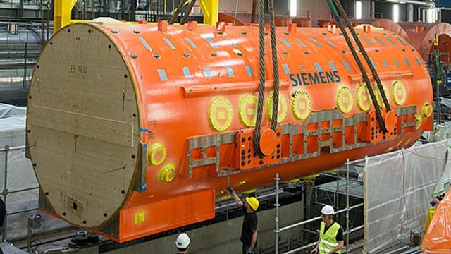 Grosser runder oranger Stator (eine Art Tank) mit Siemens-Aufschrift.