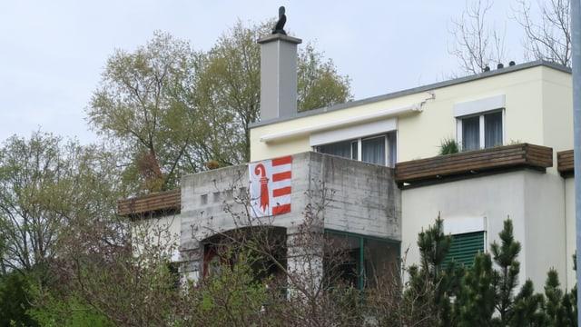 Jurafahnen am Balkon eines Hauses in Moutier