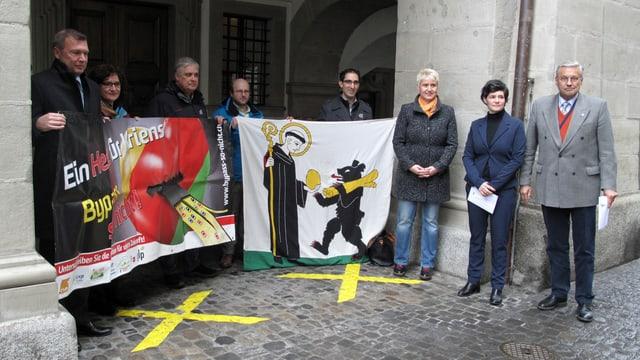 Das Komitee gegen den Bypass Luzern vor dem Luzerner Regierungsgebäude.