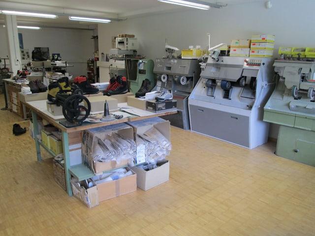 Werkstatt mit verschiedenen Werktischen und Maschinen
