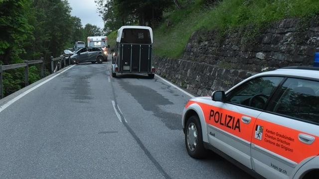 Divers autos involvids en l'accident ed in auto da polizia.