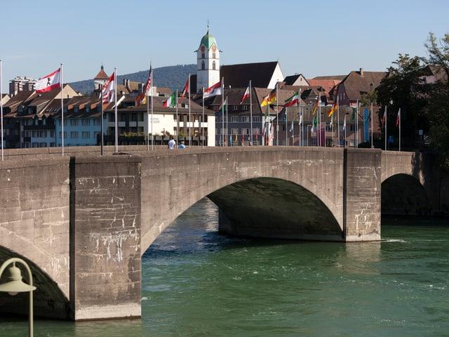 Blick auf Brücke und Altstadt von Rheinfelden.
