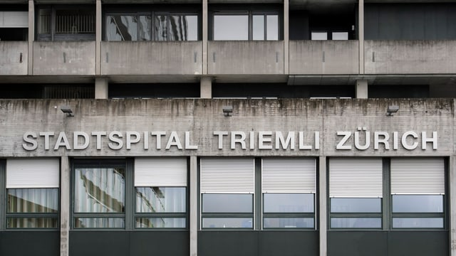 Schriftzug des Stadtspitals Triemli an der Hauswand