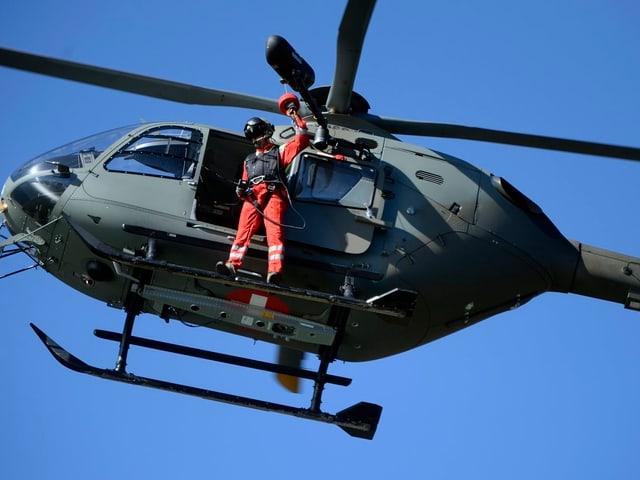 Helikopter bei Untersuchungsarbeiten am Absturzort.