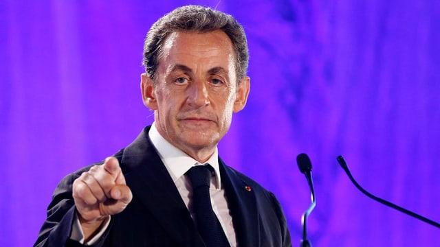 Nicolas Sarkozy an einem Rednerpult.