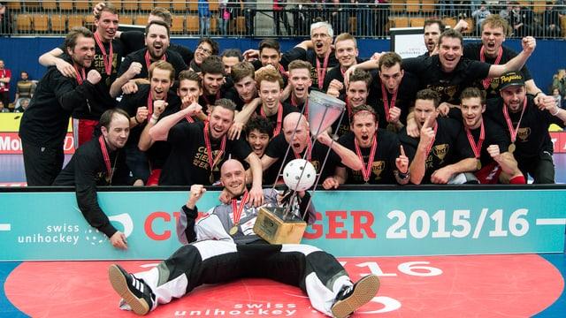 Köniz-Spieler und der gesamte Staff vereinen sich zum Mannschaftsfoto mit Pokal.