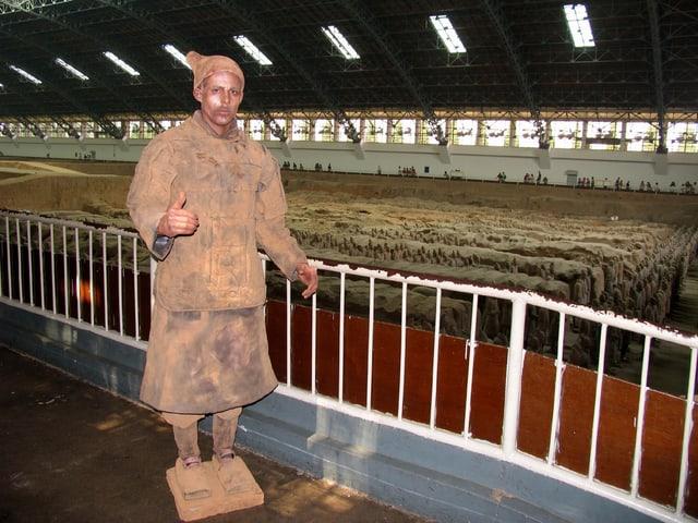Pablo Wedel bei seiner Kunstaktion als lebende Terrakotta-Figur.