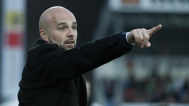 Der Trainer des FC Vaduz gibt Anweisungen.