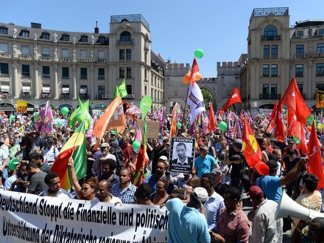 Protestierende auf einem Platz in München.