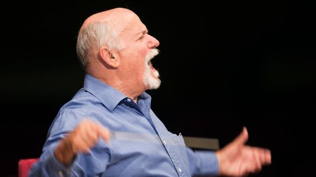 David Zinman dirigiert (Aufnahme im Profil)
