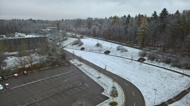 Eine feine Schneeschicht lag am Sonntagmorgen auf den Wiesen in Rheinfelden.