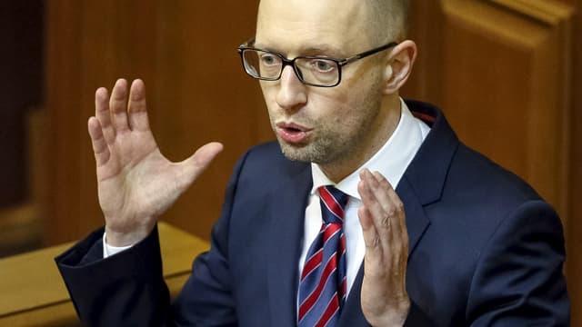 Arseni Jazenjuk spricht vor dem Parlament