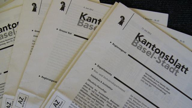 Mehrere Ausgaben des Kantonsblatts übereinander