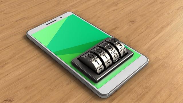 Ein Smartphone liegt auf einem Tisch. Wo man den Pin eintippt, ist ein Zahlenschloss montiert.