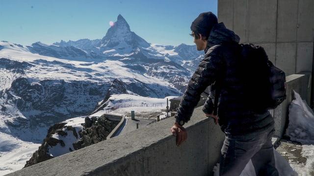 Matthias Lüscher schaut aufs Matterhorn.