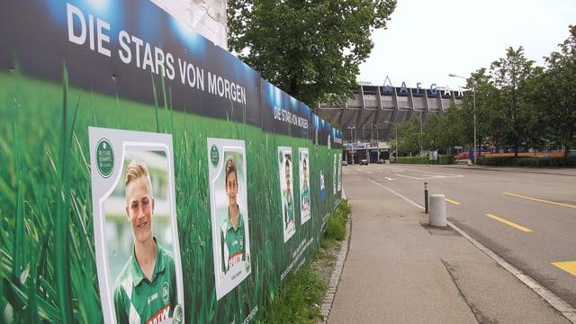 Plakatwand der Fussballakademie mit Fotos von jungen Spielern