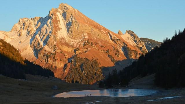 Das Alpsteinmassiv in der Abendsonne, darunter der gefrorene Gräppelensee.