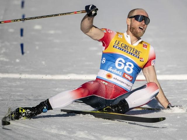 Martin Johnsrud Sundby sitzt erschöpft auf dem Boden