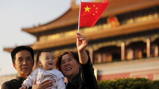 Familie mit einem Kind- Frau hält China-Flagge in der Hand