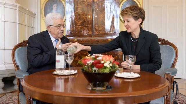 Abbas und Sommaruga sitzen zusammen an Tisch