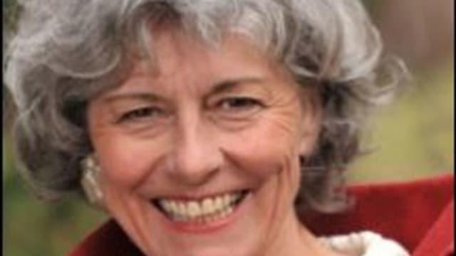 lachende Frau mit grauem Wuschelkopf