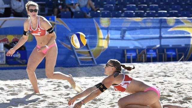 2 Beachvolleyballerinnen während eines Spiels. Auf der rechten Seite ist Dunja Gerson, links ist Nicole Eiholzer.