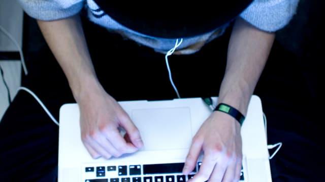 Nahaufnahme Hände und Computer