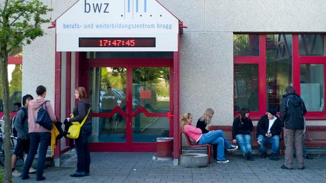Schüler vor der Berufsschule BWZ in Brugg.