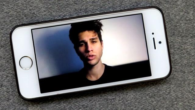 Ein Mann auf einem Handy-Bildschirm.