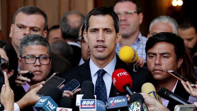 Juan Guaidó spricht zu Medienvertretern