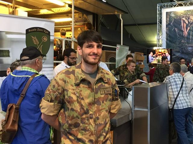 Jason Paradiso ist Truppenkoch in der Schweizer Armee und verköstigt die Gäste an der Luga.