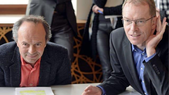 Die Zürcher Stadträte Richard Wolff und Daniel Leupi sind locker drauf während der Medienkonferenz zu den erreichten Zielen der vergangenen Legislatur.