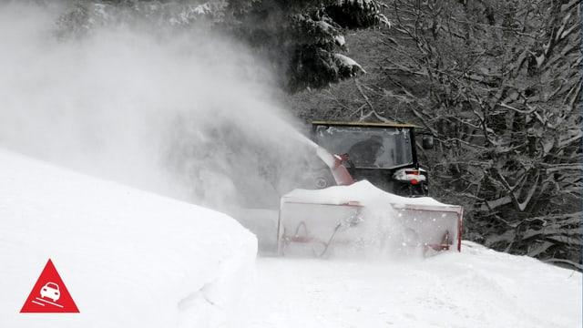 Ein Schneepflug räumt die Strassen.