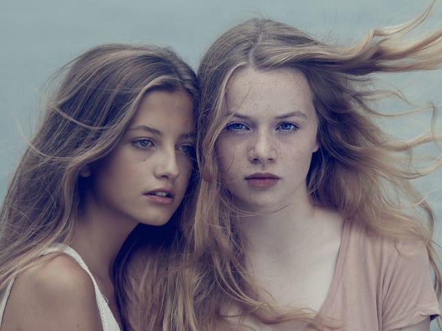 Die beiden Hauptdarstellerinnen von «Blue My Mind» mit wehenden Haaren.