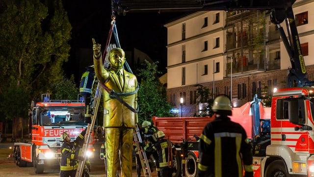 Bronze-Statue von Erdogan und Feuerwehrleute