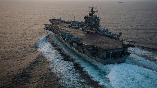 Die USS Enterprise auf hoher See.