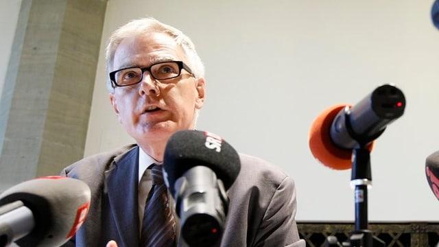 Hanspeter Uster vor Mikrofonen.