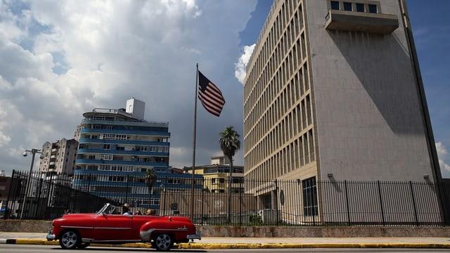 Gebäude der US-Botschaft mit Fahne und kubanischem Oldtimer