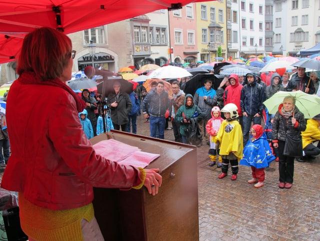 Martina Munz, SP-Nationalrätin, spricht vom Rednerpult auf dem Fronwagplatz zu den Demoteilnehmenden.