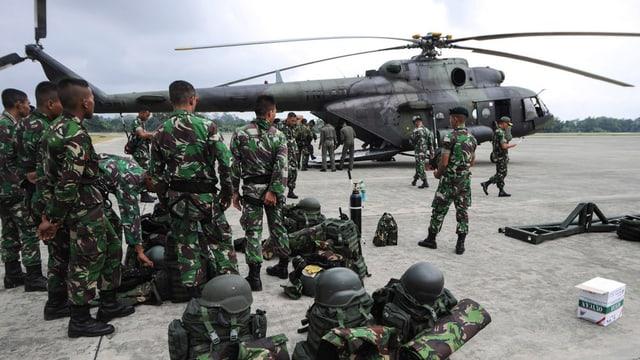Las truppas da salvament davant in helicopter.